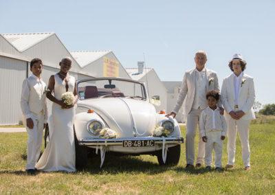 famille mariés voiture des mariés