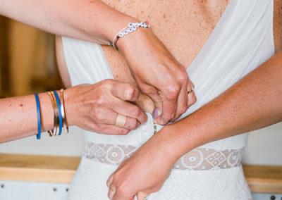 Préparatifs de la mariée avec témoins