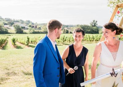 Mariés et officiant de cérémonie