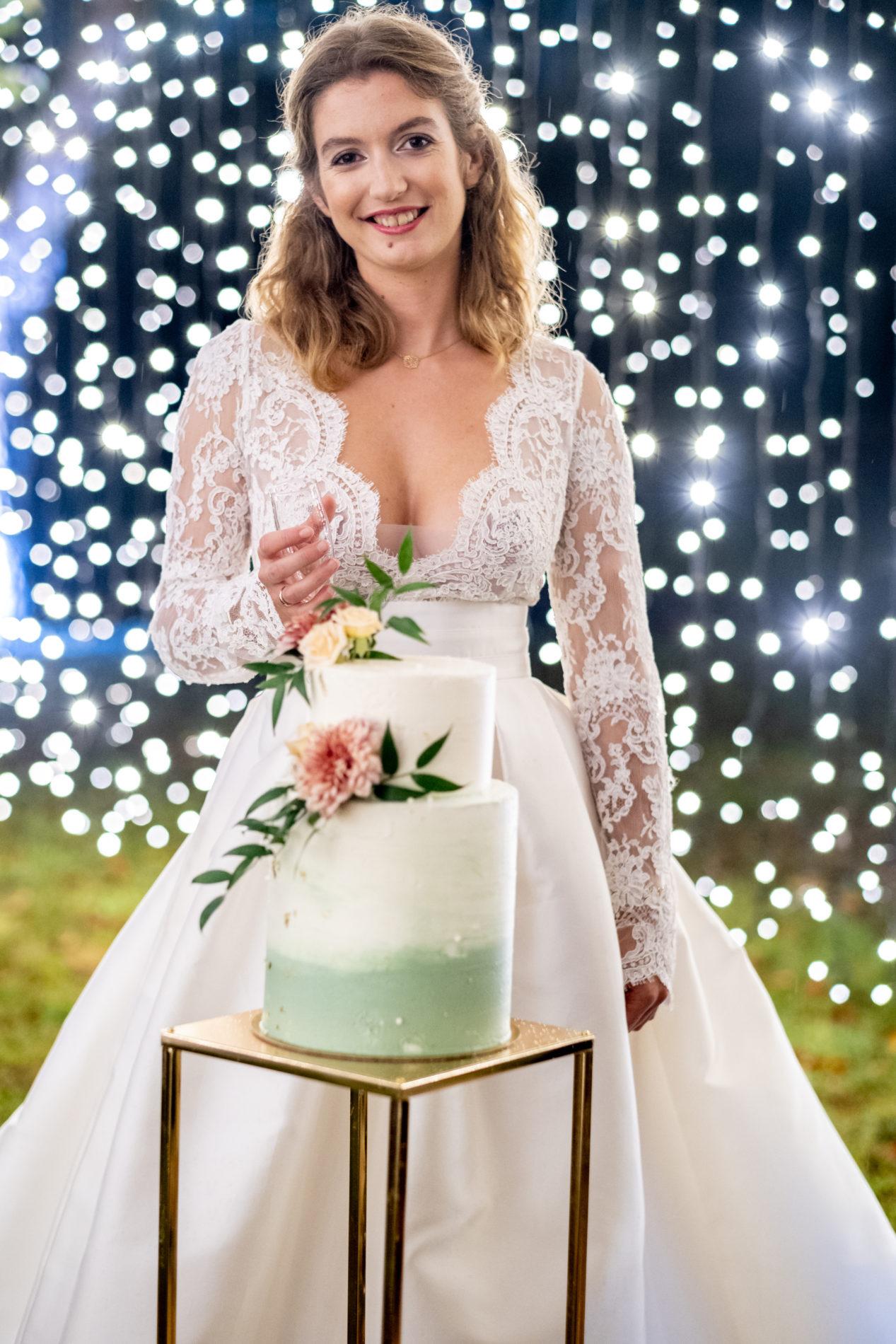 mariée et son wedding cake