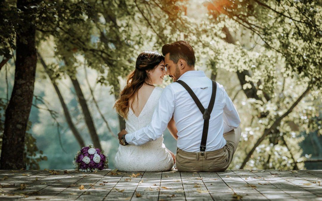 Couple de mariés tendrement enlassés
