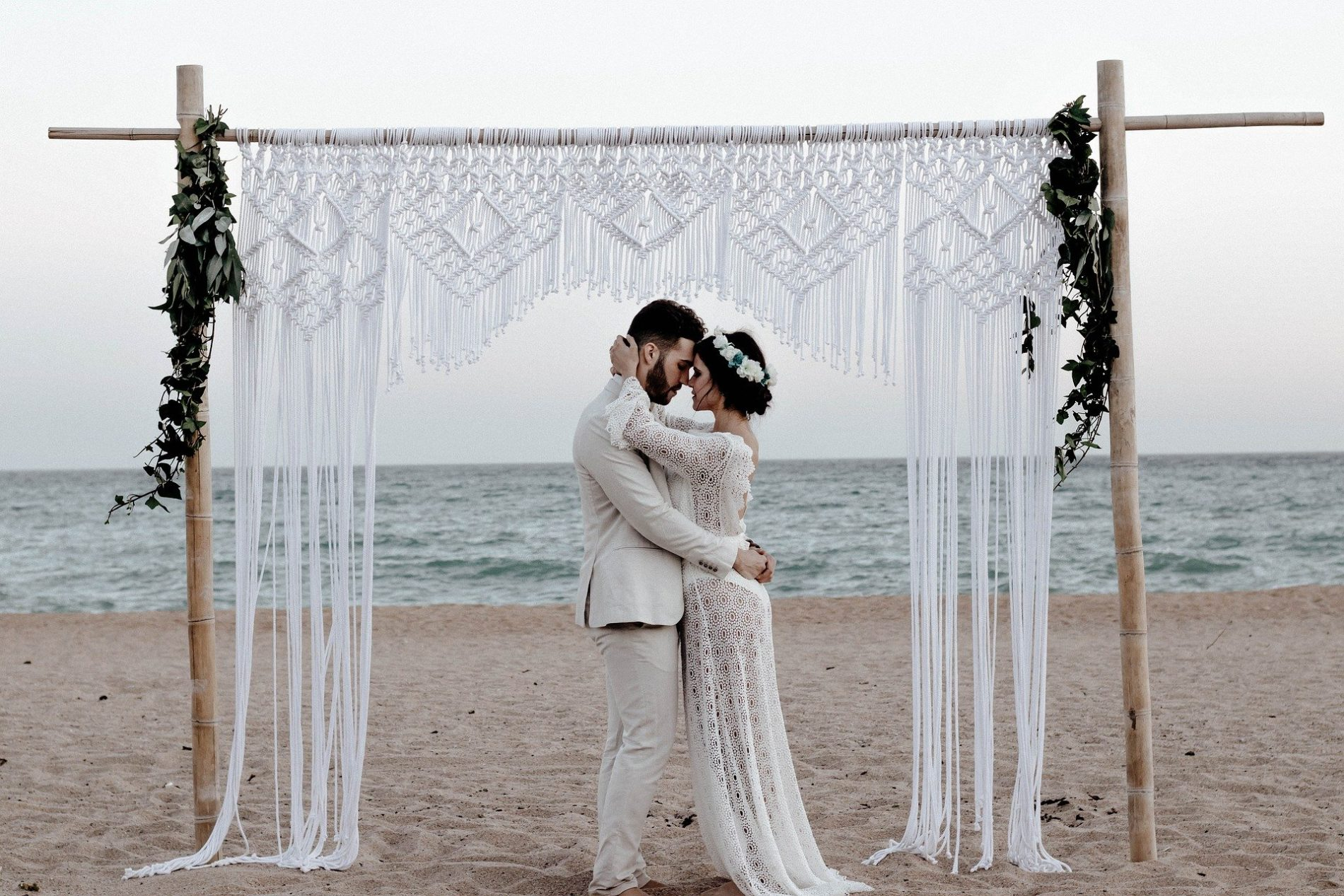 mariés sous une arche de cérémonie boheme